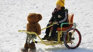 Un robot en forma del oso Teddy conduce un carrito en el 'Festival de Hielo y Nieve' de Pekín, el 9 de febrero de 2015.