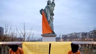 Anistia Internacional protesta em Paris contra o funcionamento da prisão americana de Guantánamo.