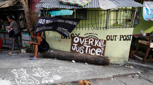 Tấm bảng đòi công lý tại một khu ổ chuột ở Manila, nơi người đạp xe lôi 22 tuổi Eric Sison bị giết chết vì nghi bán lẻ ma túy. Ảnh chụp ngày 29/08/2016.