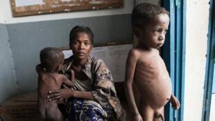 Une mère et ses deux enfants qui souffrent de malnutrition, dans le village d'Imongy, au sud de Madagascar, région en proie à la famine.