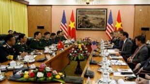 Cuộc họp giữa phái đoàn bộ trưởng Quốc Phòng Mỹ Mark Esper và đồng nhiệm Việt Nam Ngô Xuân Lịch tại Hà Nội. Ảnh 20/11/2019.