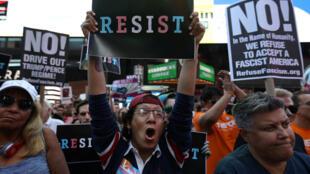 Protestos em Times Square, em Nova York, contra proibição de pessoas transgênero nas Forças Armadas, em 27 de julho de 2017