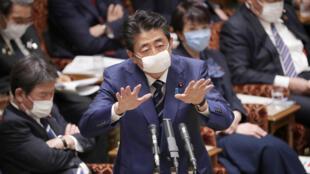 El primer ministro japonés, Shinzo Abe, durante una reunión de una comisión parlamentaria, con mascarilla, en Tokio, el 1 de abril de 2020