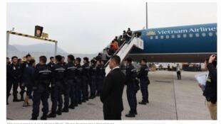 Người nhập cư Việt Nam bất hợp pháp vào Hồng Kông bị áp tải lên máy bay về nước.