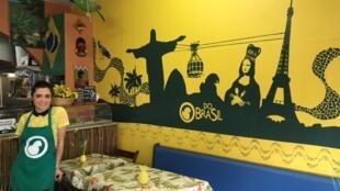 A jornalista Rafaela Sabbá comanda o restaurante Do Brasil, em Paris.