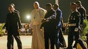 O Papa Francisco acolhido pelo Presidente moçambicano Filipe Nyusi à sua chegada a Maputo neste 4 de Setembro de 2019.