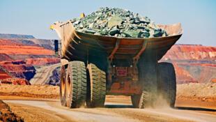 Un camion transportant du fer extrait d'une mine à ciel ouvert.