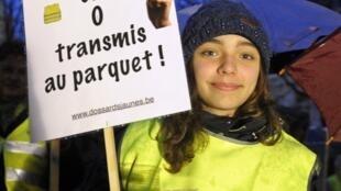 A votação do texto foi precedida de protestos nas ruas de Bruxelas pedindo um verdadeiro debate sobre a eutanásia.