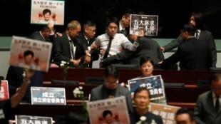 香港泛民议员在林正月娥答问大会上抗议,2019年10月17