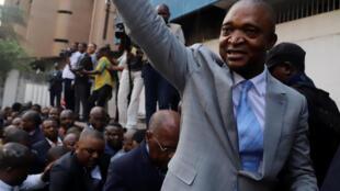 Emmanuel Ramazani Shadary akiwapungia mkono wafuasi wa chama chake cha PPRD jijini Kinshasa Agosti 07 2018 mbele ya ofisi za tume ya Uchaguzi CENI.