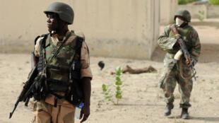 Soldats nigérians patrouillant dans le nord de l'État de Borno à proximité d'un ancien camp de Boko Haram.