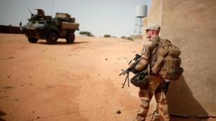 Un soldat français patrouille lors de l'opération Barkhane à Tin Hama, au Mali, le 19 octobre 2017 (Photo d'illustration).