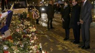 Le président américain Barack Obama (d) s'est recueilli dans la nuit du 29 au 30 novembre, devant le Bataclan, aux côtés de François Hollande (C) et Anne Hildago, maire de Paris, pour rendre hommage aux victimes des attentats du 13 novembre 2015.