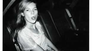 Kate Moss, fotografada por Bruno Mouron, durante a Fashion Week, Paris, 1992.