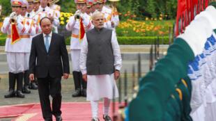 Thủ tướng Việt Nam Nguyễn Xuân Phúc (T) và đồng nhiệm Ấn Độ Narendra Modi duyệt đội quân danh dự trong lễ đón tiếp tại Hà Nội, ngày 03/09/2016