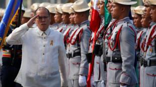 Tổng thống mãn nhiệm Benigno Aquino duyệt đội quân danh dự trong lễ kỷ niệm Ngày Độc Lập của Philippines 12/06/2016 tại Manila.