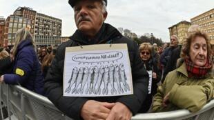 Un homme au rassemblement du «Mouvement Sardine» antifasciste, formé pour s'opposer au parti d'extrême droite de la Ligue, le 19 janvier 2020 à Bologne.