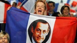 Simpatizantes del candidato de la UMP, y actual presidente Nicolas Sarkozy, reunidos en un gigantesco mitin en Villepinte (afueras de París), el domingo 11 de marzo de 2012.