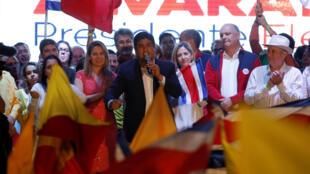 Carlos Alvarado Quesada celebra a vitória da corrida presidencial na Costa Rica