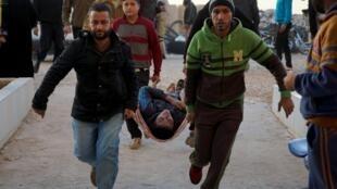 Un herido ingresa en un hospital, tras bombardeos rusos en el sur de Siria, en Sheikh Meskeen, cerca de Deraa, 25 de diciembre de 2015.