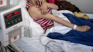 Adolescente recebe tratamento contra o câncer no Instituto de Hematologia e Oncologia de Lyon, na França.