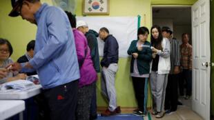 首爾一間投票站選民排隊情景(2017年5月9日)