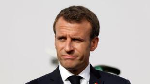 O presidente Emmanuel Macron está adiando várias reformas e prejudicando sua cota de popularidade.