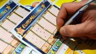 L'Etat détient actuellement 72% du capital de la la Française des jeux et bénéficie d'un monopole de droit sur les jeux de loterie et les jeux à gratter.