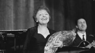 Edith Piaf, lors d'un concert à Rotterdam, le 13 decembre 1962.