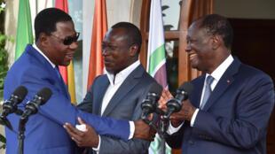 L'ex-président du Bénin Thomas Boni Yayi  (à gauche) et son successeur Patrice Talon se sont rencontrés à Abidjan, le 18 avril 2016, invités par leur homologue ivoirien Alassane Ouattara.