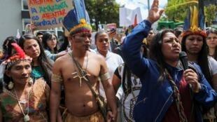 Một nhóm thổ dân tụ tập trước đại sứ quán Brazil phản đối nạn cháy rừng tại Amazon, Bogota, Colombia ngày 23/08/2019.