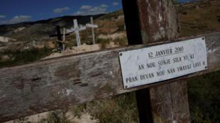Des croix au sommet d'une colline près du mémorial du séisme à Titanyen, dans la banlieue de Port-au-Prince.