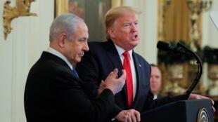 Donald Trump (P) và Benyamin Netanyahu trong buổi họp báo chung tại Nhà Trắng, Washington, ngày 28/01/2020