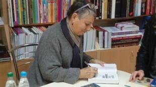 Автограф-сессия Людмилы Улицкой в минском книжном магазине перед встречей со Светланой Алексиевич.