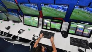 Sala de operações do VAR durante a Copa do Mundo na Rússia, junho de 2018