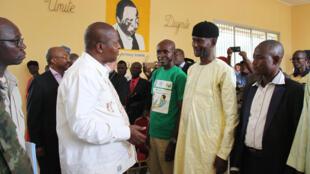 Le président centrafricain Faustin Archange Touadéra (g.) a eu un bref échange avec Sidiki Abass, chef du groupe 3R, à l'issue de la mise en place du Comité préfectoral de la Nana-Mambéré, le 12 juillet 2019.