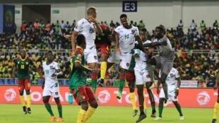 La défense de Guinée-Bissau face au Cameroun.