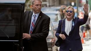 Ứng viên tổng thống đảng Dân Chủ Mỹ Hillary Clinton (P) chuẩn bị đến dự lễ tưởng niệm các nạn nhân loạt khủng bố ở New York, ngày 11/09/2016