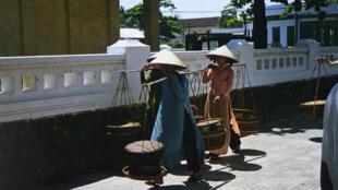 Những phụ nữ bán hàng rong ở Đà Nẵng, 1962-1963.