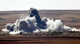 Coalizão intensifica bombardeios, mas os jihadistas do grupo Estado Islâmico continuam avançando.