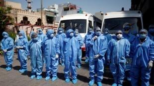 Médicos preparándose para realizar pruebas de detección de Covid-19 en un barrio de Ahmedabad, India, el 7 de abril de 2020.