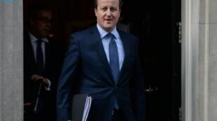 David Cameron partindo de Downing Street no dia 22 de Fevereiro de 2016