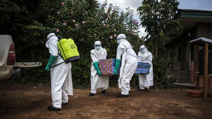 Doctors remove the corpse of an Ebola victim on 22 August 2018 à Mangina, eastern DRC.