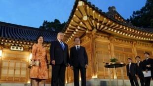 Tổng thống Mỹ Donald Trump được tổng thống Hàn Quốc Moon Jae In và phu nhân Kim Jun Sook tiếp đón dinh tổng thống, Seoul, ngày 29/06/2019.