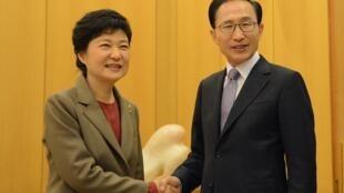 Ảnh minh họa: Lễ bàn giao giữa tổng thống mãn nhiệm Hàn Quốc Lee Myung-bak (P) và tổng thống tân cử Park Geun-hye, Seoul 28/12/2012