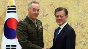 Joseph Dunford, chefe do estado maior dos exércitos americanos e o presidente sul-coreano, Kusini Moon Jae-in, quando começaram hoje exercícios militares conjuntos