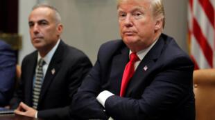 O  Presidente Donald Trump ao lado de um colaborador,na Casa Branca .Washington.18 de Dezembro de 2018.