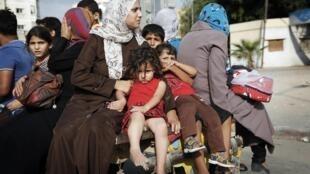 Palestinos fogem de bairro atingido por bombardeios israelenses ao norte de Gaza
