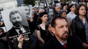 Правозащитники с портретами жертв геноцида во время демонстрации в Стамбуле 24 апреля 2019 г.