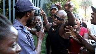 Protestos da comunidade moçambicana junto ao posto da polícia de Daveyton, na África do Sul após a morte do taxista moçambicano.